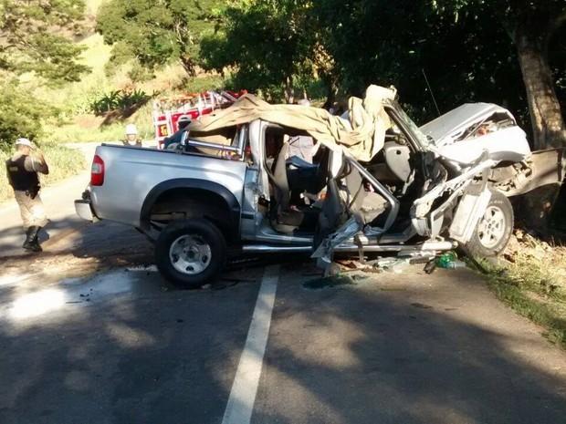 Três pessoas morrrem e duas crianças ficaram feridas no acidente em Teófilo Otoni (Foto: Cristiano Dias/ Inter TV )