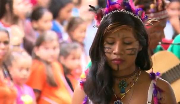 Crianças vão à aldeia para conhecer os costumes indígenas (Foto: Reprodução/RPC TV)