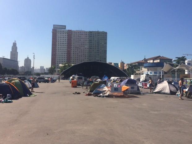 Prazo para turistas deixarem o Terreirão do Samba termina na quarta-feira (16) (Foto: Guilherme Brito/G1)