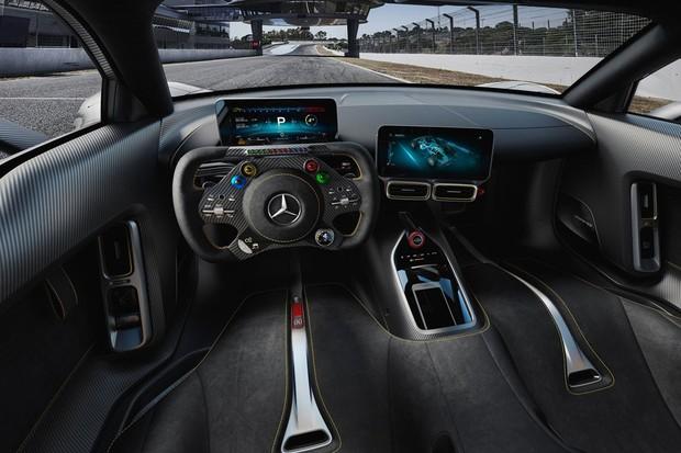 A cabine tem duas telas LCD de 10 polegadas com todas as informações (Foto: Divulgação)