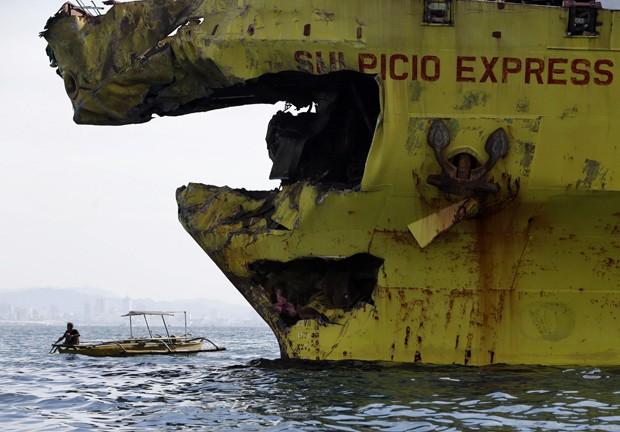 Proa do cargueiro danificada após acidente com balsa (Foto: Bullit Marquez/AP)