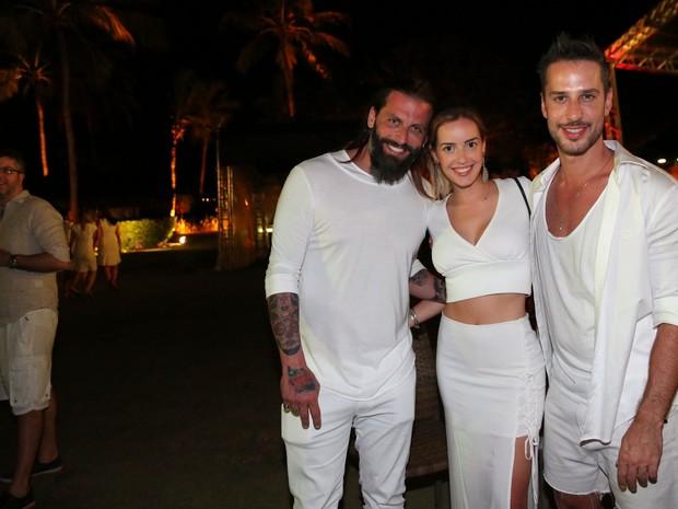 Henri Castelli e a namorada, Maria Fernanda Saad, com Caio Fisher em show em Salvador, na Bahia (Foto: Denilson Santos/ Ag. News)