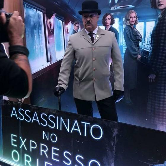 Tito Prates, embaixador oficial de Agatha Christie, posa como o detetite Hercule Poirot em sessão de pré-estreia de Assassinato no Expresso do Oriente (Foto: Divulgação)