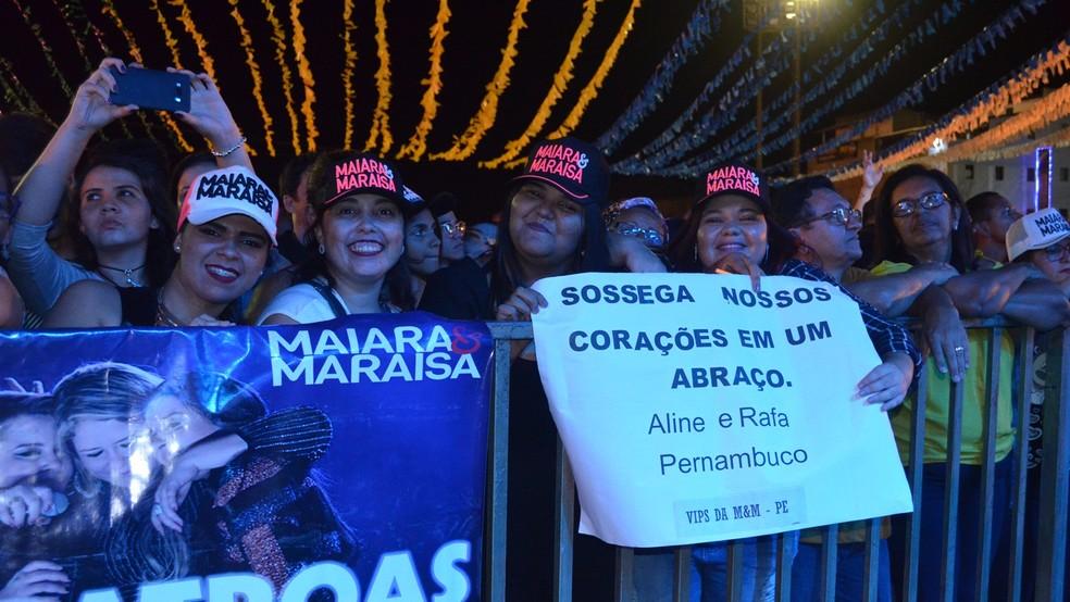Fãs de Maiara e Maraisa chegaram cedo para garantir um bom lugar no Parque do Povo durante o show em Campina Grande (Foto: Kamylla Lima/G1)