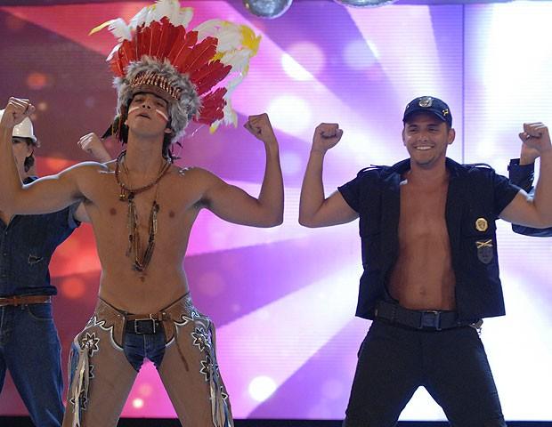 """Rodrigo Simas e Bruno Gissoni imitam coreografia de """"Macho Man"""" no palco do """"Caldeirão do Huck"""" (Foto: Divulgação/TV Globo)"""