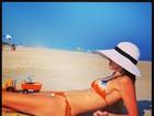 Com biquíni de lacinho, Luciana Gimenez é clicada em dia de praia