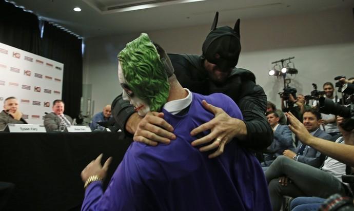 Tyson Fury, Batman, Wladimir Klitschko, coletiva, boxe (Foto: Reuters)