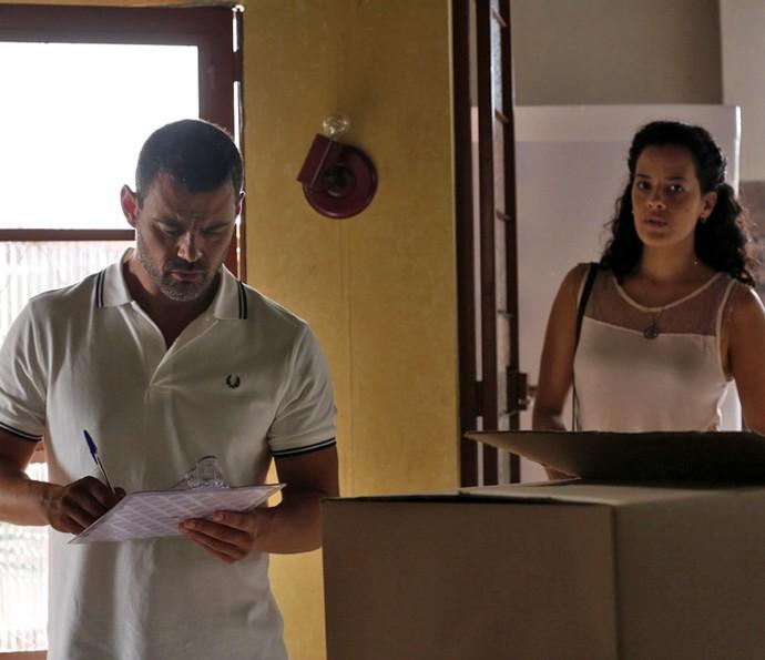 César recebe os eletrodomésticos na casa de Domingas, e ela chega (Foto: Ellen Soares/ Gshow)