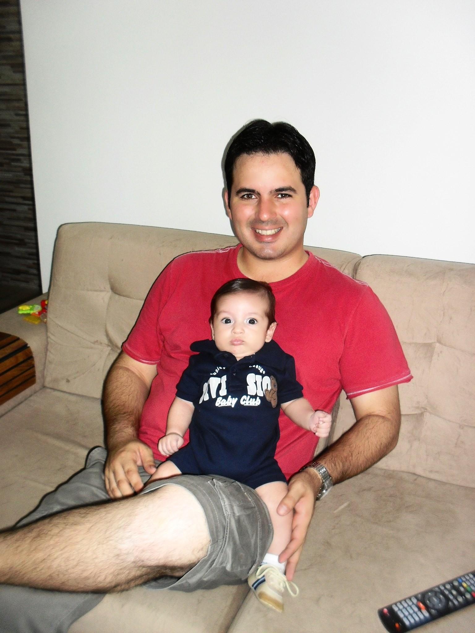 O repórter Plínio Almeida com seu filhinho Miguel (Foto: Arquivo Pessoal)