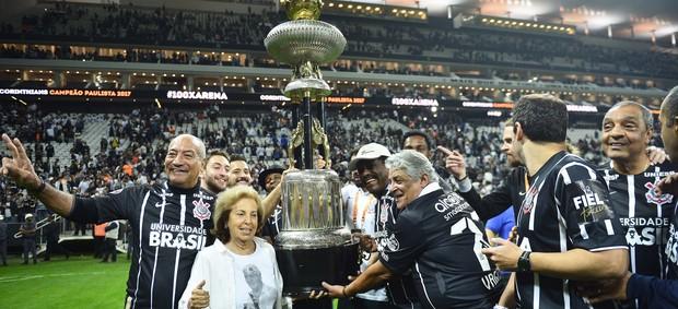 Taça de campeão de 1977 é carregada pelos heróis do título do Corinthians