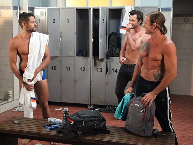 Nadadores conversam no vestiário e Murilo começa a provocação (Foto: Carol Caminha/Gshow)