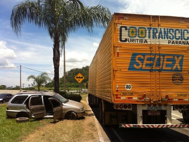 O acidente aconteceu na manhã desta sexta-feira no bairro Horto, em Ipatinga. (Foto: Patrícia Belo \ G1)