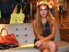 No Brasil, Lindsay Lohan atrasa em  entrevistas e foge do assunto rehab