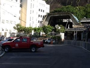 Carro dos bombeiros está embaixo do Morro da Urca, de onde sai o bondinho (Foto: Isabela Marinho/G1)