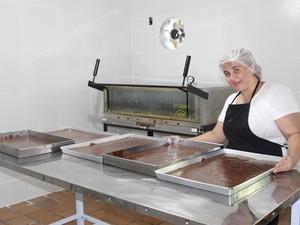 A mãe de João Batista, Carolina Viana, é responsável pela produção dos brownies (Foto: Gilcilene Araújo/G1)