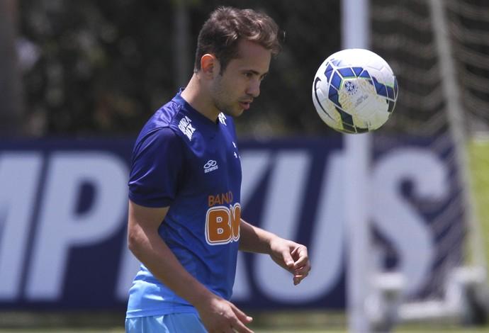 Meia Éverton Ribeiro, do Cruzeiro, em treino na Toca da Raposa II (Foto: Washington Alves/Light Press)