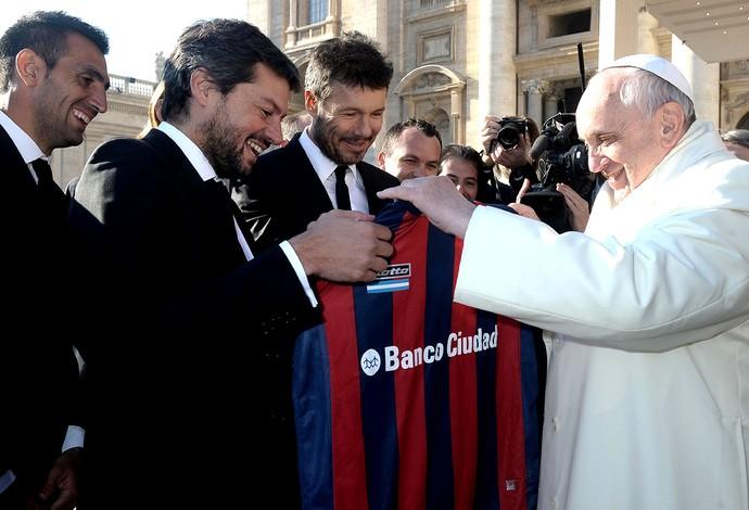 Papa Francisco recebe camisa do San Lorenzo (Foto: AP)