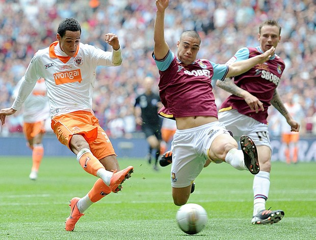 Thomas Ince do Blackpool na partida contra o West Ham (Foto: AP)