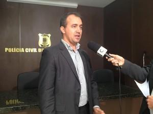 Delegado Jetan Pinheiro faal sobre a investigação (Foto: Gilcilene Araújo/G1)