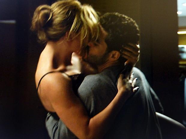 Amanda agarra Zé Alfredo e ele entra no jogo (Foto: TV Globo)