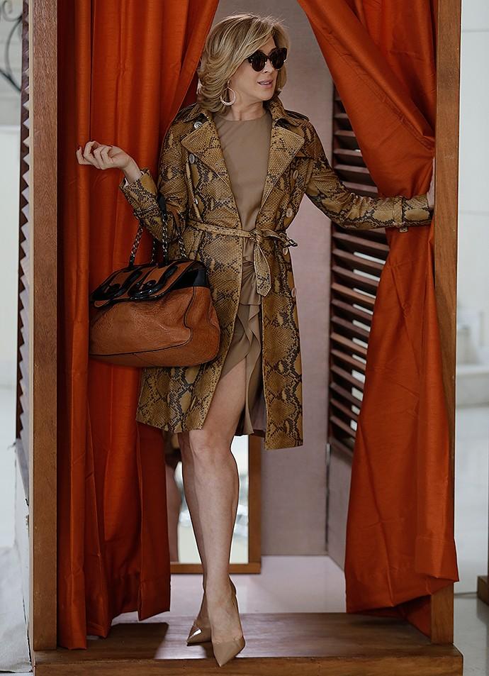 Atriz Claudia Raia mostra a elegância do trend coat (Foto: Fábio Rocha / Gshow)