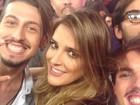 Selfie dos bastidores traz Rafa Brites coladinha com meninos da Leash