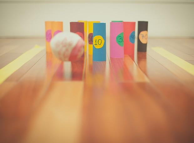 É possível fazer uma competição de boliche em casa usando rolinhos de papelão, papel colorido e uma bola de meia. Para tornar o desafio ainda mais animado, estabeleça pontos para cada um dos pinos  (Foto: Tati Abreu/Editora Globo)