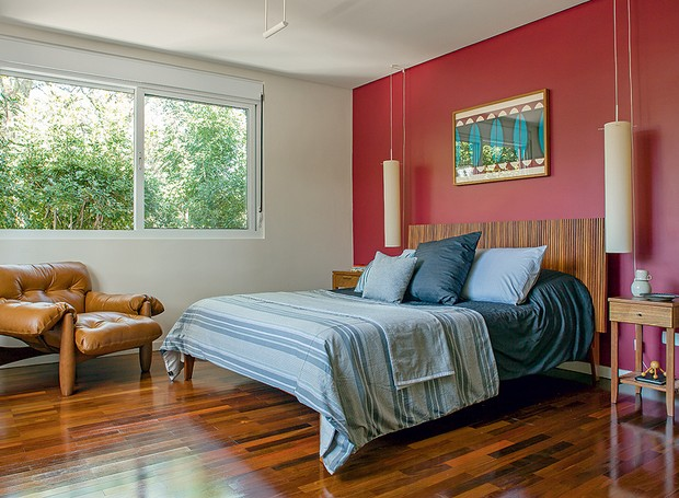 quarto-arkitito-vermelho-madeira-colorido (Foto: Edu Castello/Editora Globo)