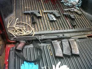 Material apreendido com assaltante Falcão em ação na cidade de Cotiporã, no RS  (Foto: Guilherme Pulita/RBS TV)