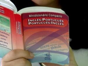 Estudante de Divinópolis estuda ingles para estudar no exterior (Foto: TV Integração/Reprodução)