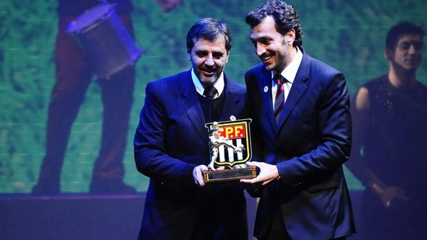 Edu Dracena, do Santos, recebe prêmio da FPF (Foto: Marcos Ribolli / Globoesporte.com)