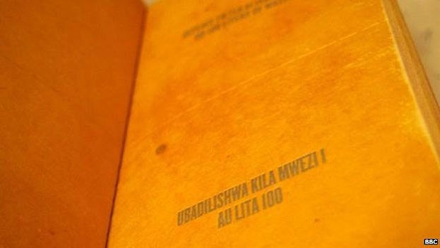 As instruções de uso do filtro estão impressas nas páginas do livro, em inglês e no idioma local  (Foto: BBC)