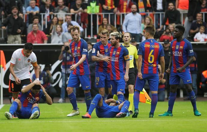 Neymar Suárez chão garrafada Barcelona Valencia (Foto: Reuters)