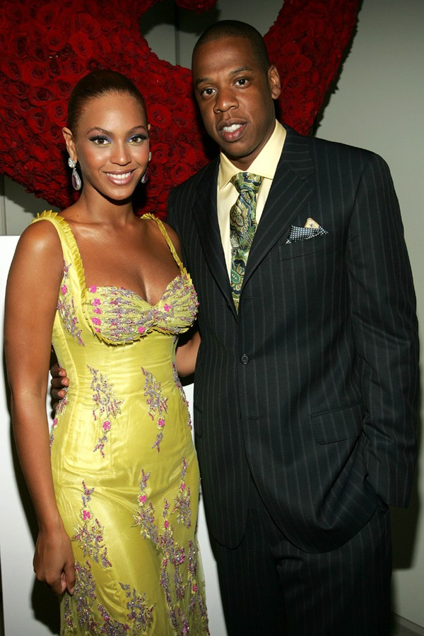"""NEW YORK - JUNE 23:  (EXCLUSIVE) (L-R) Singer Beyonce Knowles poses with Jay-Z at the """"Beyonce: Beyond the Red Carpet auction presented by Beyonce and her mother Tina Knowles along with the House of Dereon to benefit the VH1 Save The Music Foundation June (Foto: Getty Images)"""