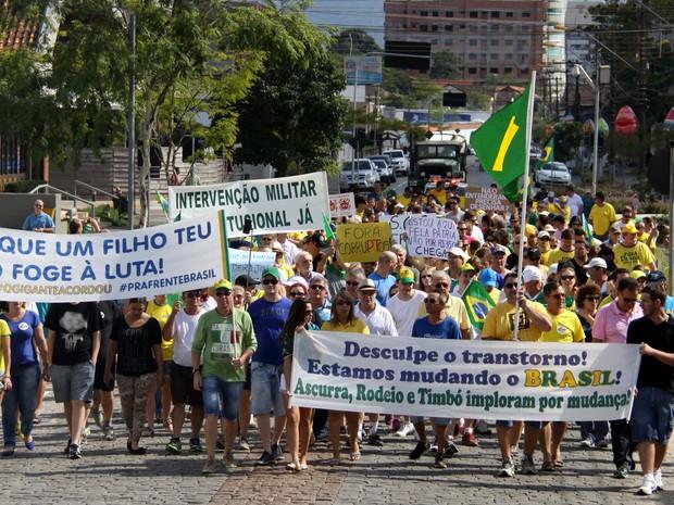 Em Timbó, cerca de 500 pessoas, conforme a PM, participaram do ato (Foto: André Schroeder/Divulgação)