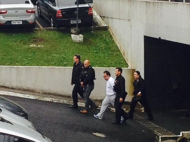 Ex-deputado André Vargas saindo da PF. Ele será levado para uma penitenciária da Região de Curitiba.  (Foto: Dulcineia Novaes / RPC)