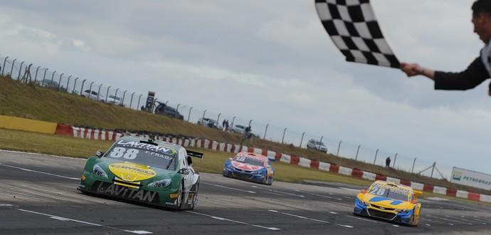Felipe Fraga vence corrida 1 da Stock Car em Santa Cruz do Sul (Foto: Fábio Davini)