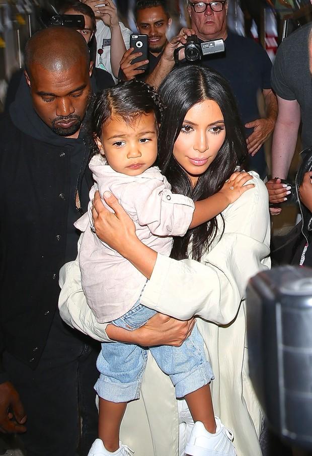 X17 - Kanye West e Kim Kardashian com a filha North West em aeroporto de Los Angeles, nos Estados Unidos (Foto: X17online/ Agência)