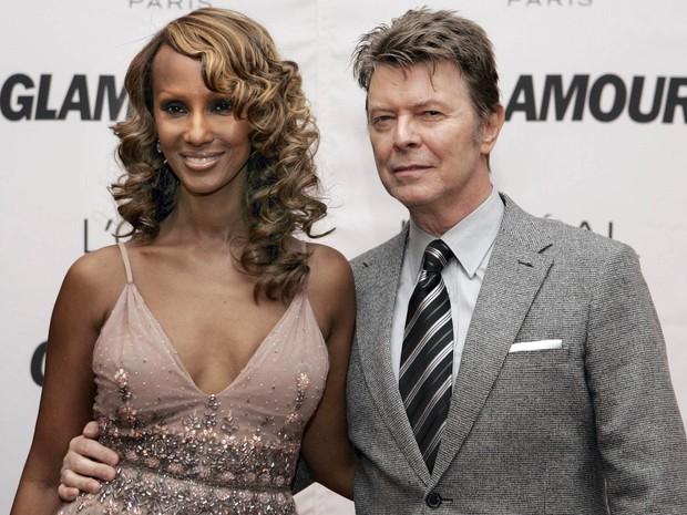 David Bowie acompanha sua mulher, a modelo e atriz Iman Abdulmajid, na premiação da Mulher do Ano promovida pela revista Glamour, no teatro Carnegie Hall, em Nova York, em outubro de 2006 (Foto: Stan Honda/AFP/Arquivo)