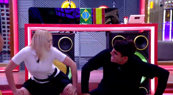 Antônio leva Daniela ao 'chão, chão, chão' (Foto: TeleCinco)