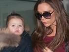 Estilosa, filha de Victoria Beckham rouba cena em aeroporto