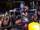 Tati Zaqui sensualiza com fãs em show em São Paulo