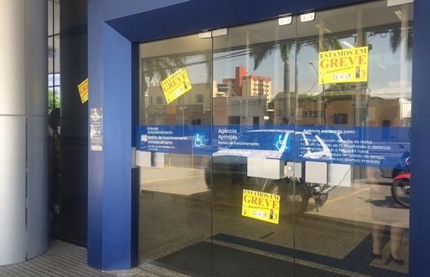 Bancários da Caixa seguem em greve e agências continuam fechadas, em Goiás (Foto: Fernanda Borges/G1)