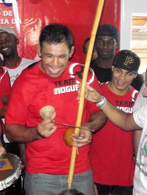 Minotauro se aventura no berimbau durante inauguração de projeto social em Manguinhos (Foto: Adriano Albuquerque/SporTV.com)