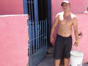 Luciano Nascimento está tendo que carregar água. (Foto: Katherine Coutinho / G1)