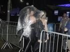 Famosos enfrentam chuva forte na chegada ao Rock in Rio