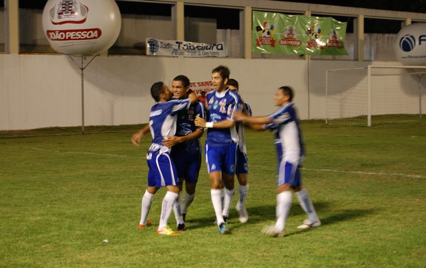 Zagueiro do CSP Luis Paulo comemora o único gol da partida (Foto: Richardson Gray / Globoesporte.com/pb)