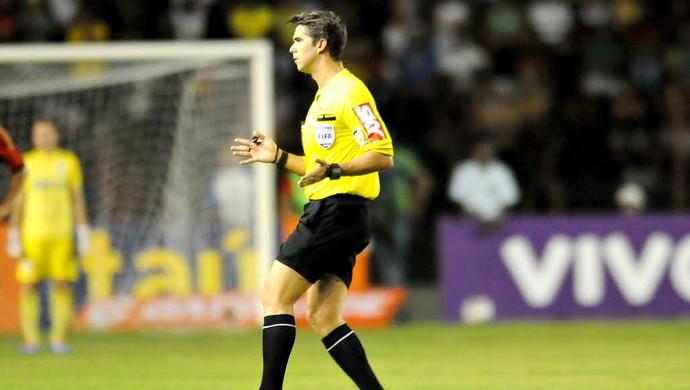 árbitro Péricles Bassols Cortez (Foto: Aldo Carneiro / Pernambuco Press)