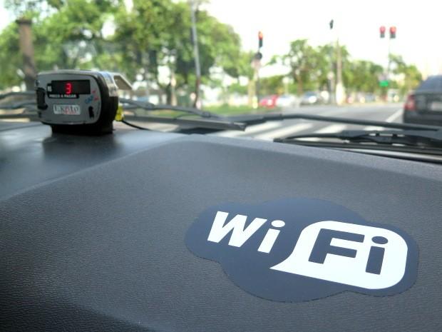 Adesivo WIFI indica que táxi possui internet gratuita para passageiros (Foto: Orion Pires / G1)