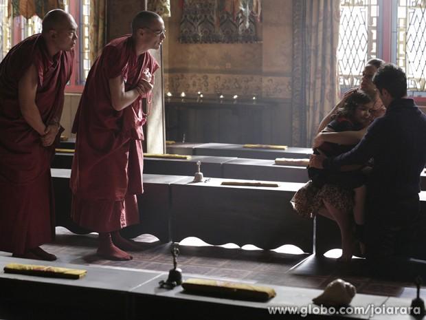 Sonan tenta explicar porque os monges não querem jogar futebol com ela (Foto: Fábio Rocha/TV Globo)